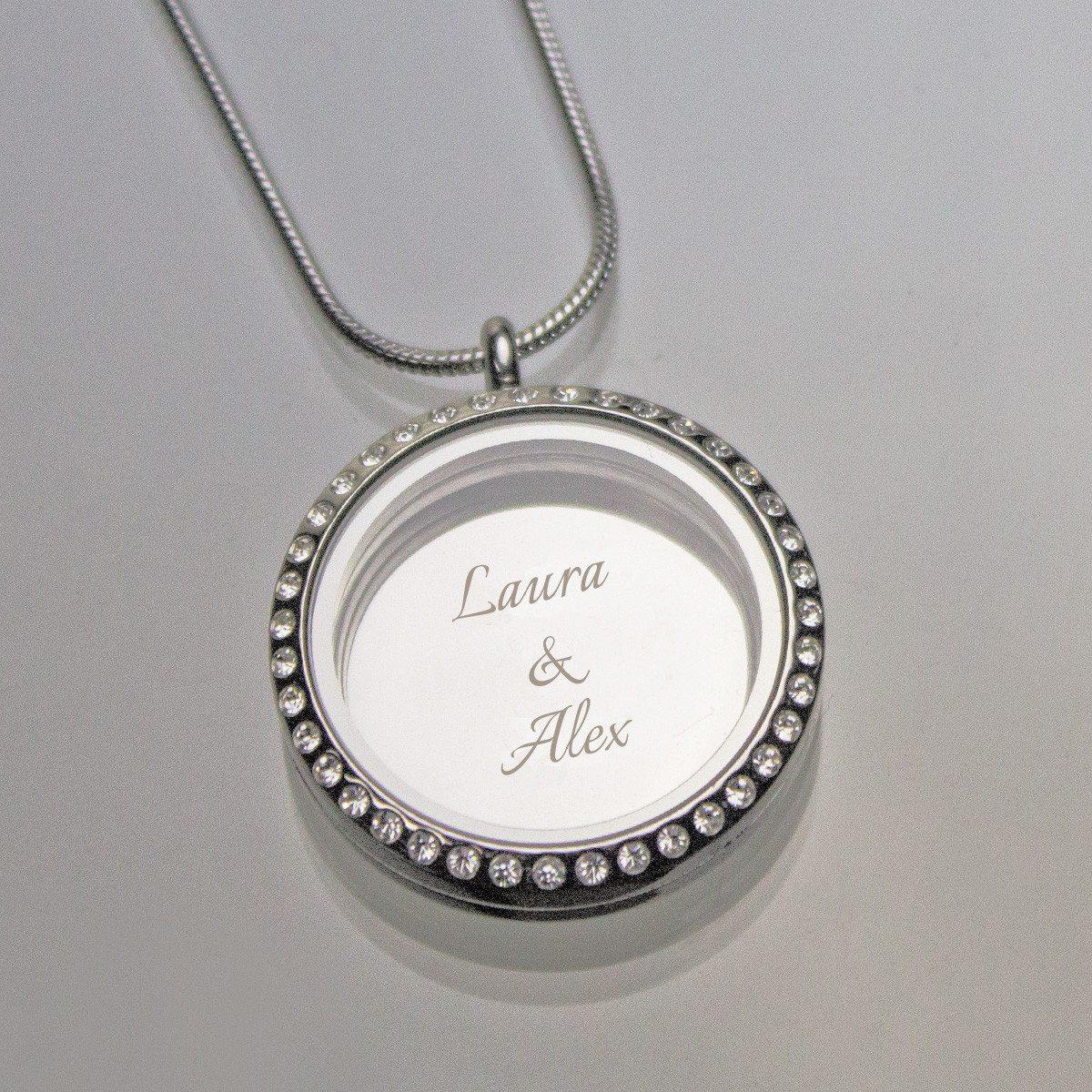 Colgante en forma de medallón con grabado