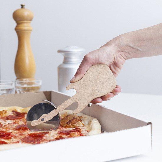 Cuchillo circular para pizza con forma de Guitarra