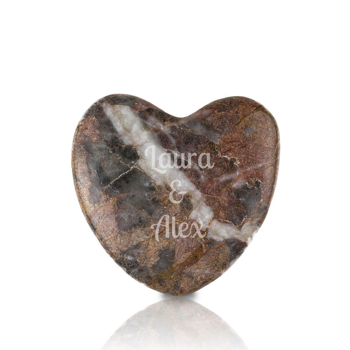 Piedra en forma de corazón con grabado – el detalle más romántico