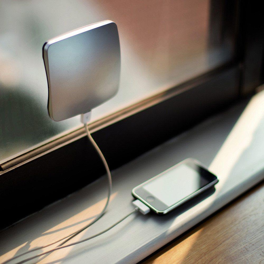 Solar-Aufladegerät für das Fenster am Fenster im Einsatz