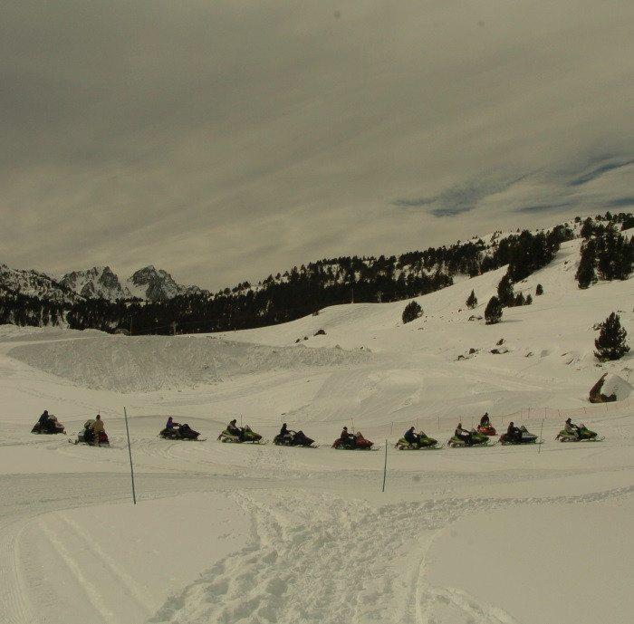 Paseo nocturno en moto de nieve y cena para 2 en Andorra