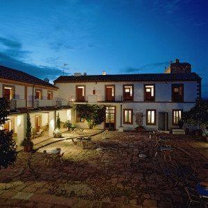 Noche en Cortijo Andaluz con copa de cava de bienvenida - Córdoba
