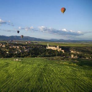 En globo con desayuno, almuerzo y cava para 2 - Segovia